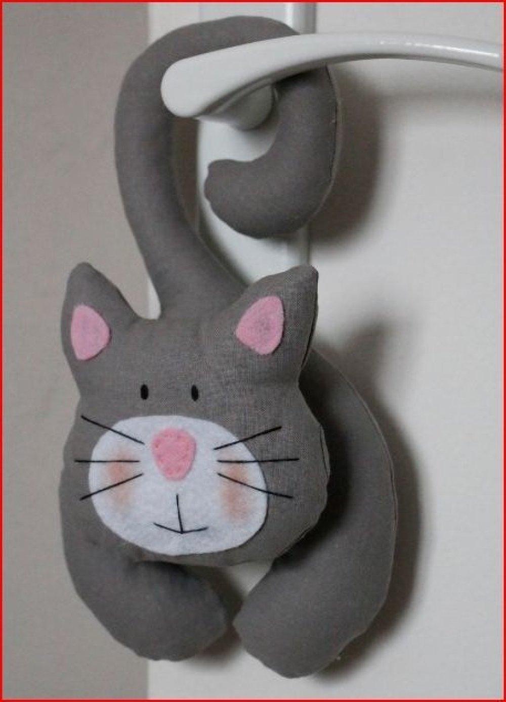 chat en tissu gris a suspendre et petit nez rose en feutrine