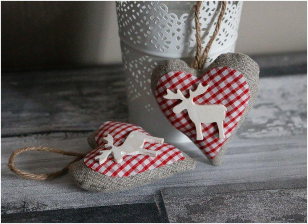 coeur en tissu écru et vicky rouge et blanc et élan en bois blanc a suspendre