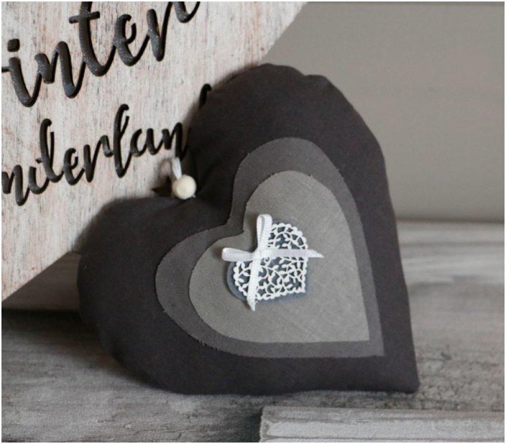 """Coeur en tissu gris clair et foncé et gris et blanc rayé coeur en feutrine et noeud blanc""""collection romantique"""""""