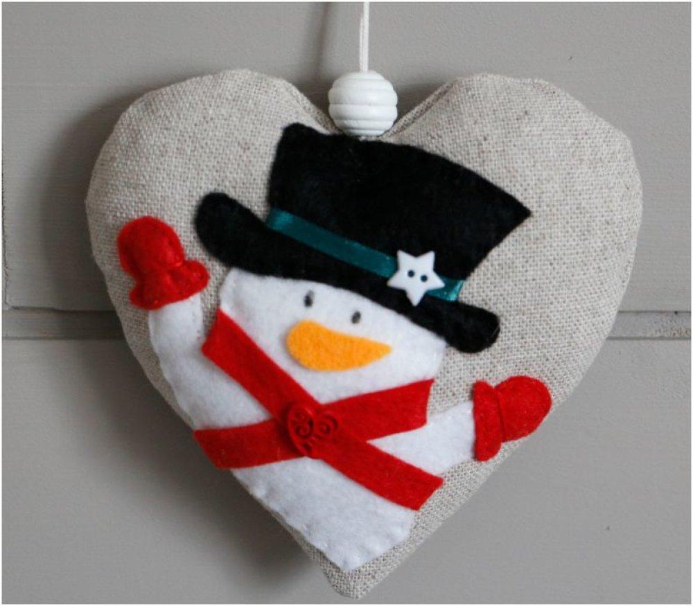 Coeur en tissu écru et bonhomme de neige en feutrine