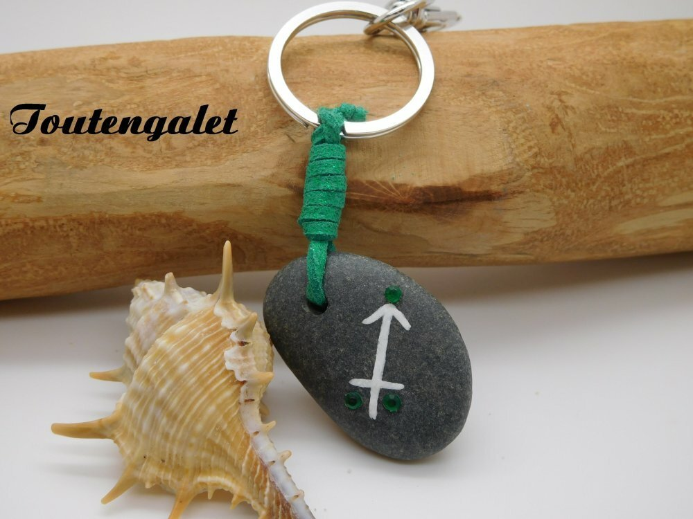 """Porte Clés """" Signe du zodiaque du Sagittaire """" / galet de plage, peinture acrylique,cordon de suédine,strass d'acrylique"""