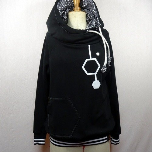 pull a capuche motif noir