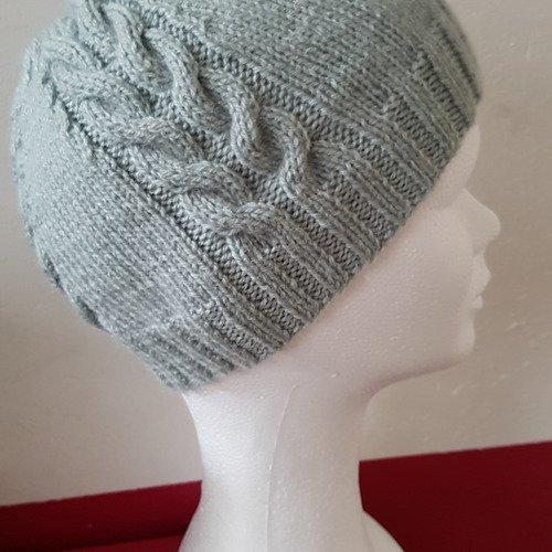 Bonnet gris à torsades tricoté main