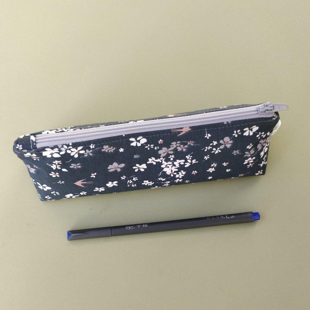 Trousse à crayons doublée, coton hirondelles, doublure petites fleurs esprit liberty.