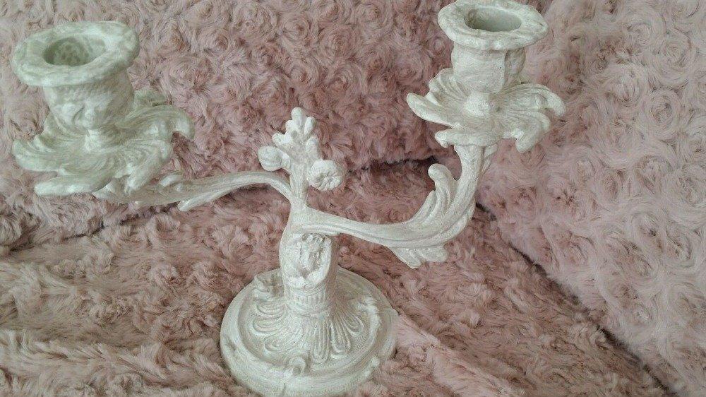 Magnifique chandelier deux branches shabby chic blanc patiné gris clair