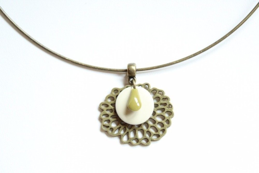 Collier ras du cou fleur de lotus bronze et sequins blanc crème et goutte kaki