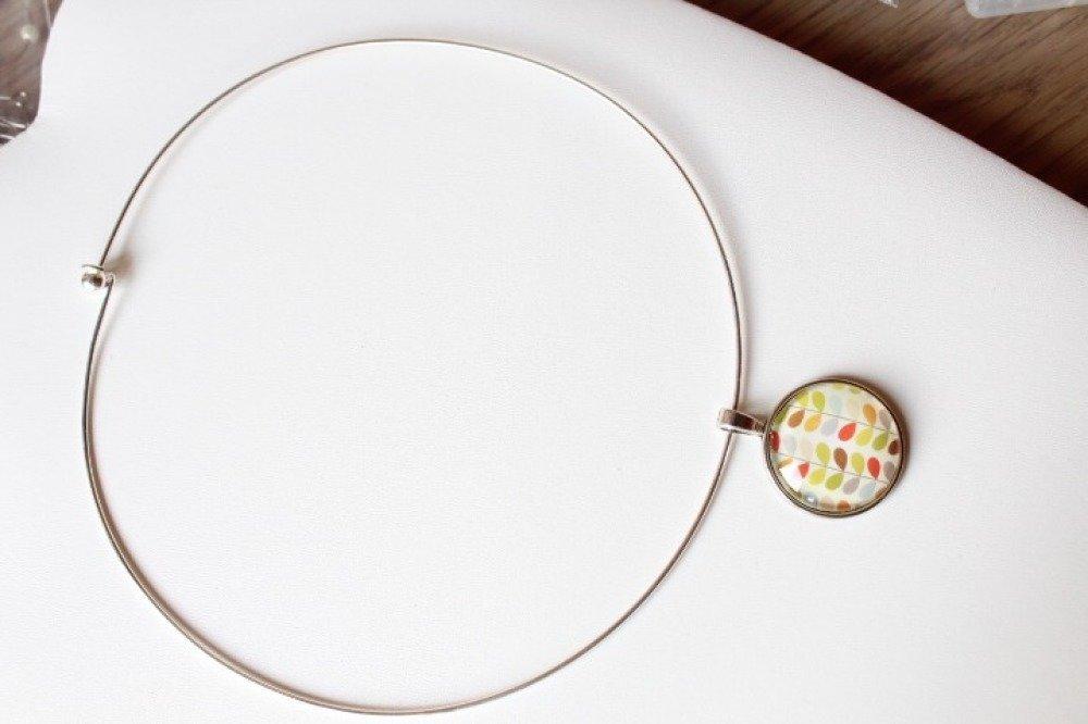 Collier ras de cou argenté et pendentif cabochon géométrique multicolore