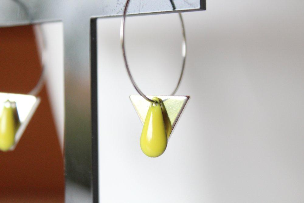 Boucles d'oreilles créole argenté et jaune, triangle, sequin émaillé goutte, minimaliste, tendance, cadeau, anniversaire, noël