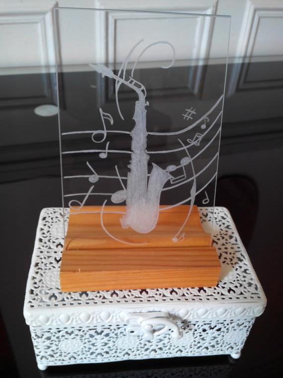 Cadre sous verre de taille 15x10 cm personnalisation gratuite - Gravure saxophone et partition