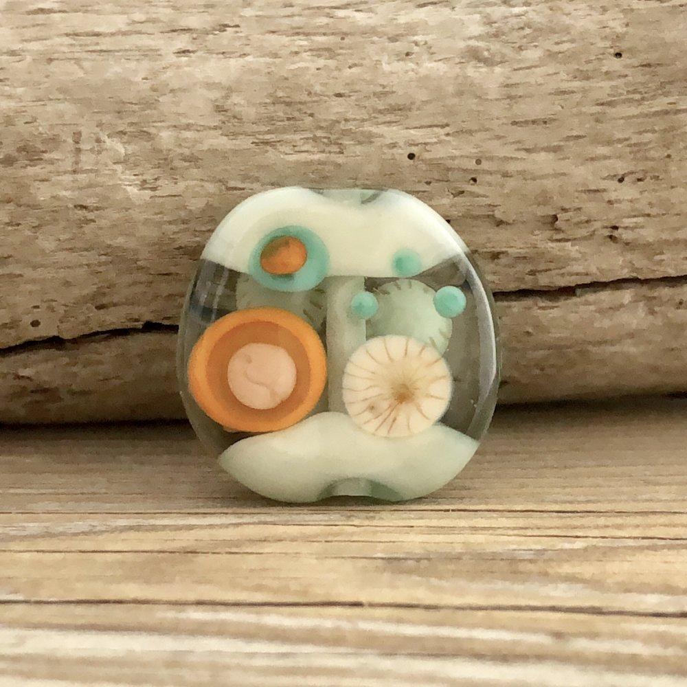 RESERVE pour Anne S. // Perle plate en verre filé bohème vert d'eau, écru, orange, palet pour bijoux, palet de verre artisanal