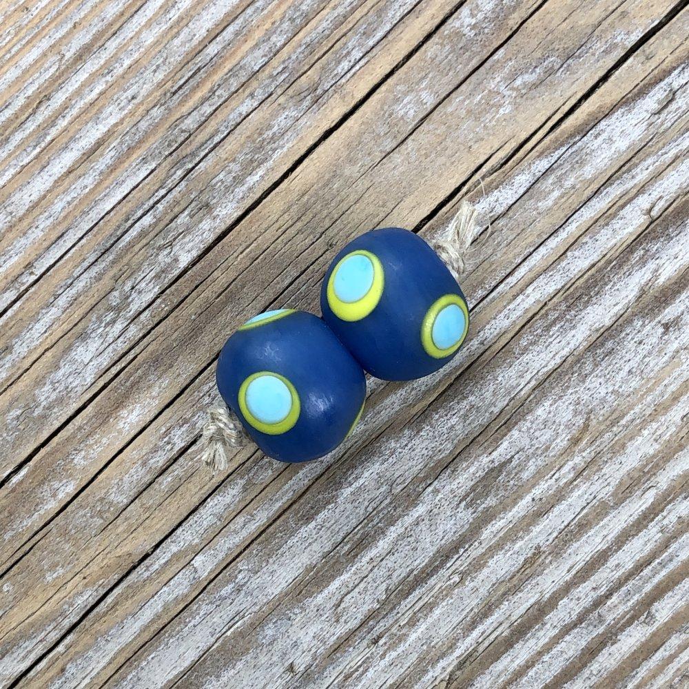 RÉSERVÉ Aurélie // Set de 2 perles mates en verre au chalumeau bleu denim, points vert néon, turquoise