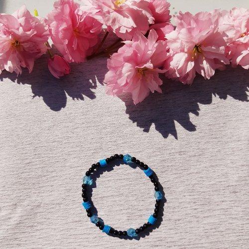 Bracelet élastique en perles rondes et perles heishis noir et bleu