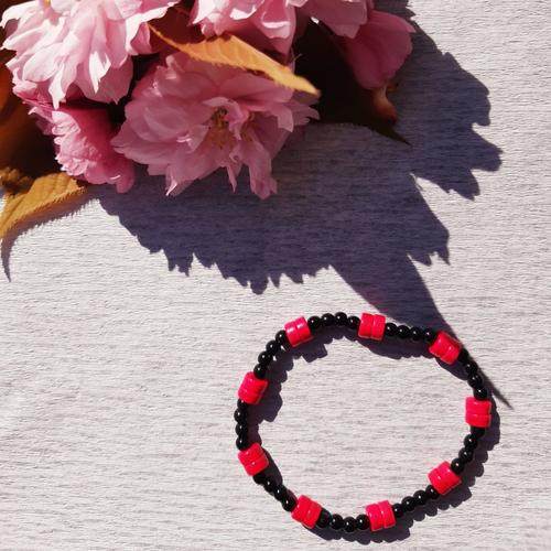 Bracelet élastique en perles rondes et perles heishis noir et rose