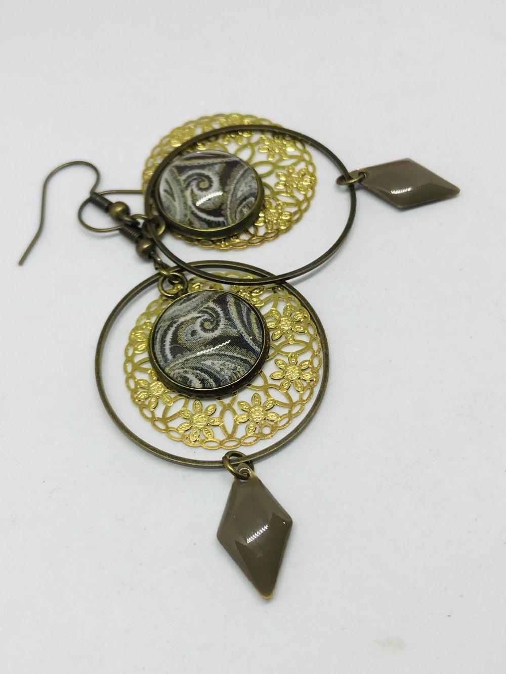 Arabesque taupe en cabochon et fleurs dorees
