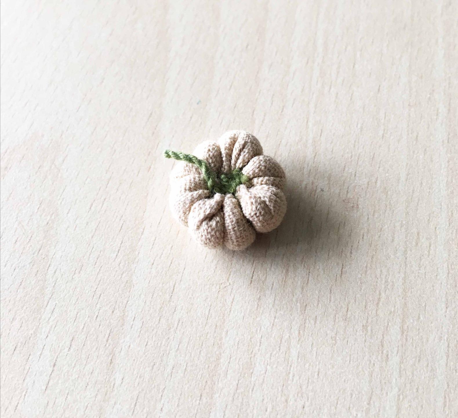 petit coussin pendentif en tissu vert  beige 22 mm