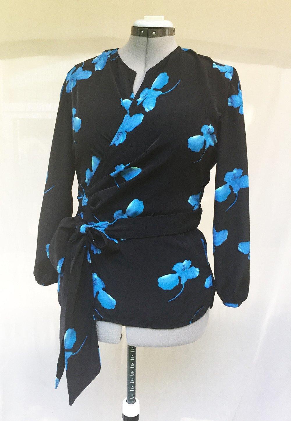 Cache cœur noir à fleurs bleues.