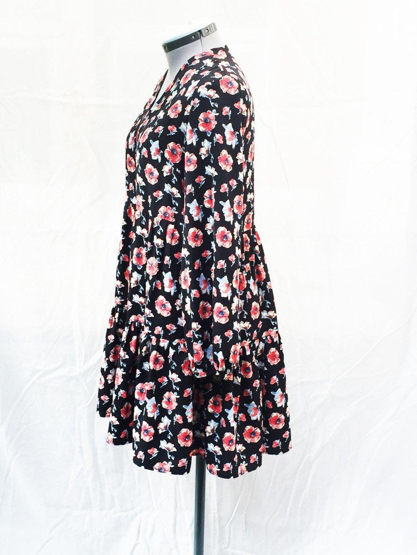 Robe courte à fleurs noires et rouges.