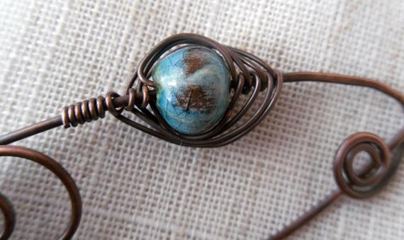 Broche en cuivre et perle de céramique bleu turquoise