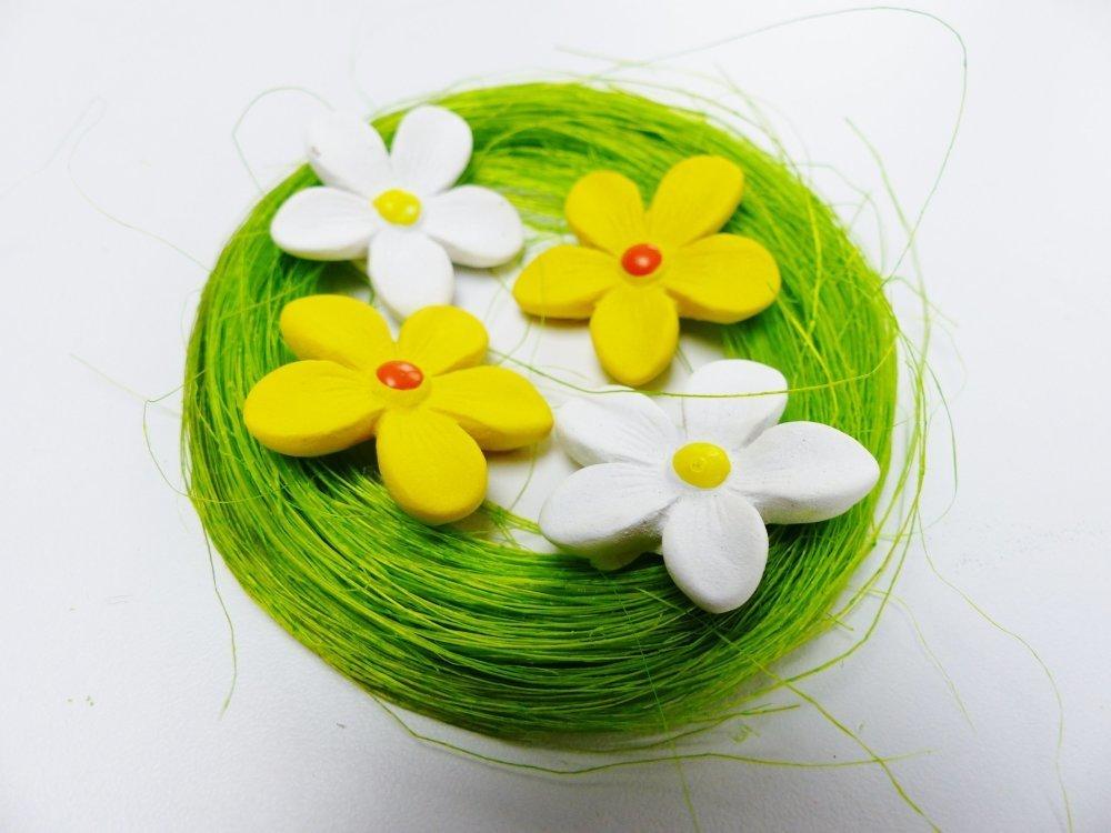 décoration nid de fleurs paquerette  printemps jaune vert et blanc déco de table