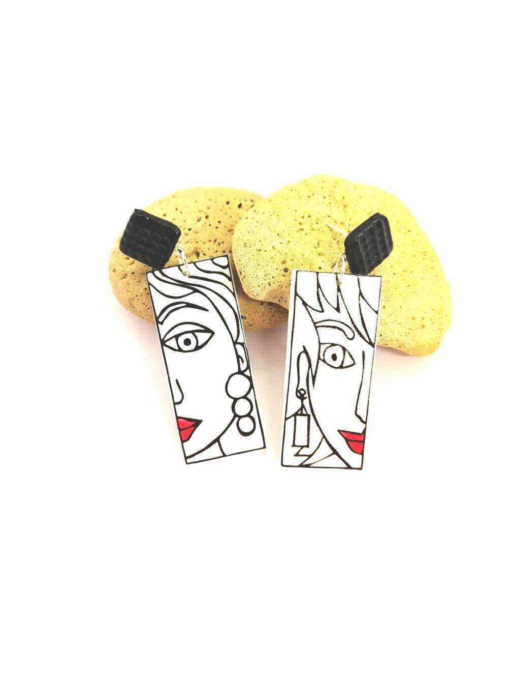 boucles d'oreilles rectangulaires visage femme fille sérigraphie pendantes en pâte polymère fimo bijou original blanc noir rouge