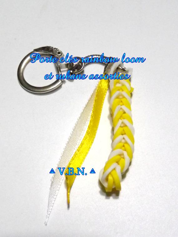 Porte clés élastique raimbow loom et rubans couleurs assorties jaune et blanc aux couleurs de l'été