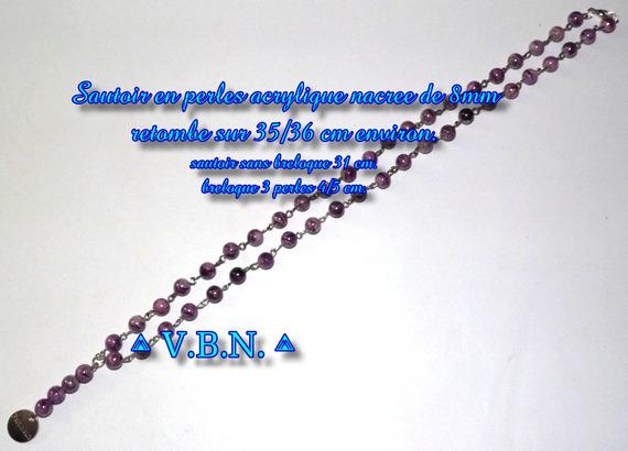 Boucles d'oreilles en perles acrylique nacree violine de 8mm de diam.