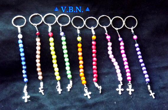 Porte clé dizainier en perles acrylique entroises avec petite croix metal argente