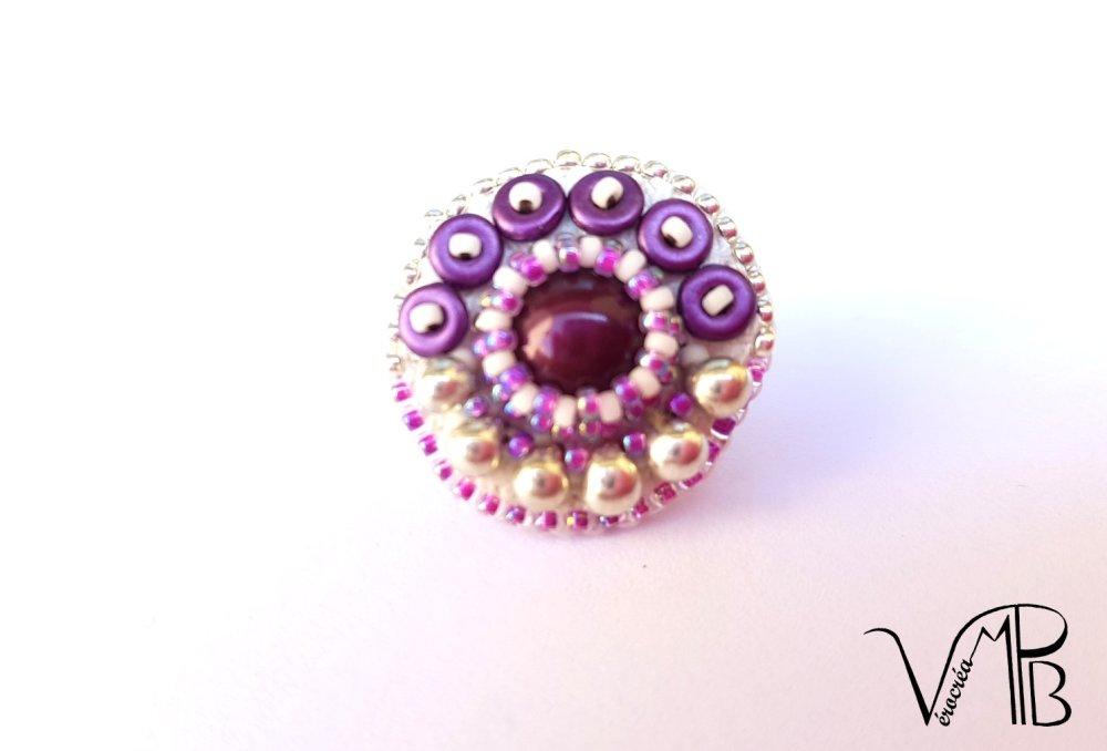 Mini-broche brodée, cabochon swarovski, perles et gouttes miyuki