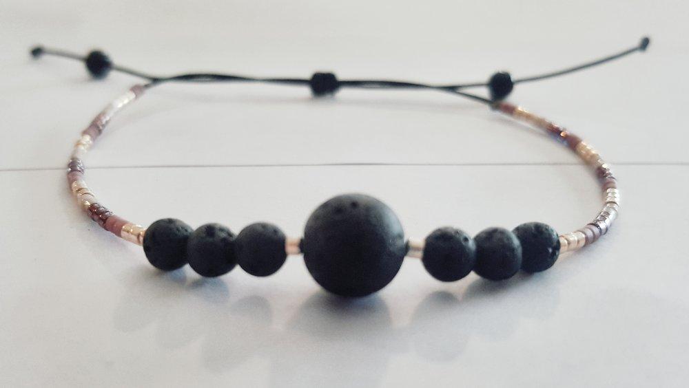 Bracelet minimaliste en pierre de lave et perles miyuki montées sur un fil nylon coulissant.
