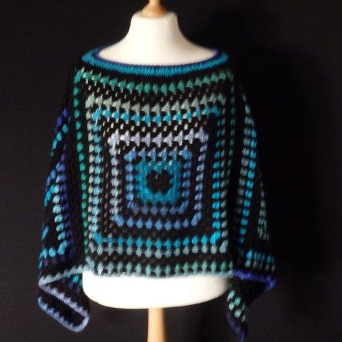 Poncho bohème granny crochet, couleurs bleu violet vert noir