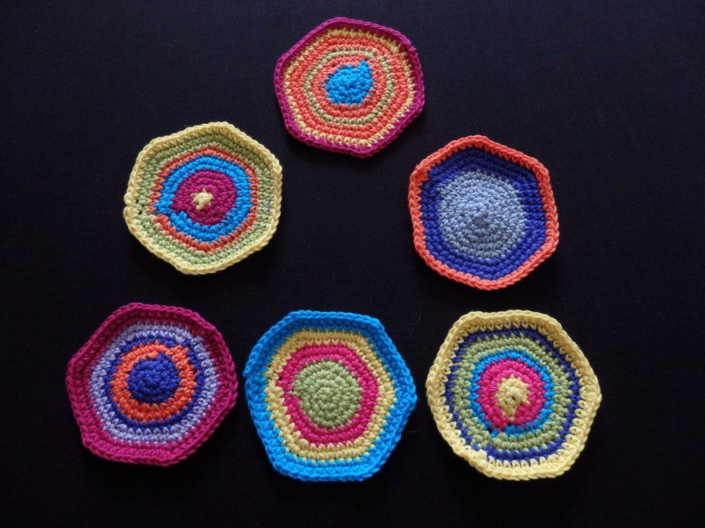 6 sous verres au crochet, forme libre, couleurs vives pour le jardin