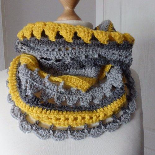 Snood echarpe tube point dentelle crochet gris et jaune