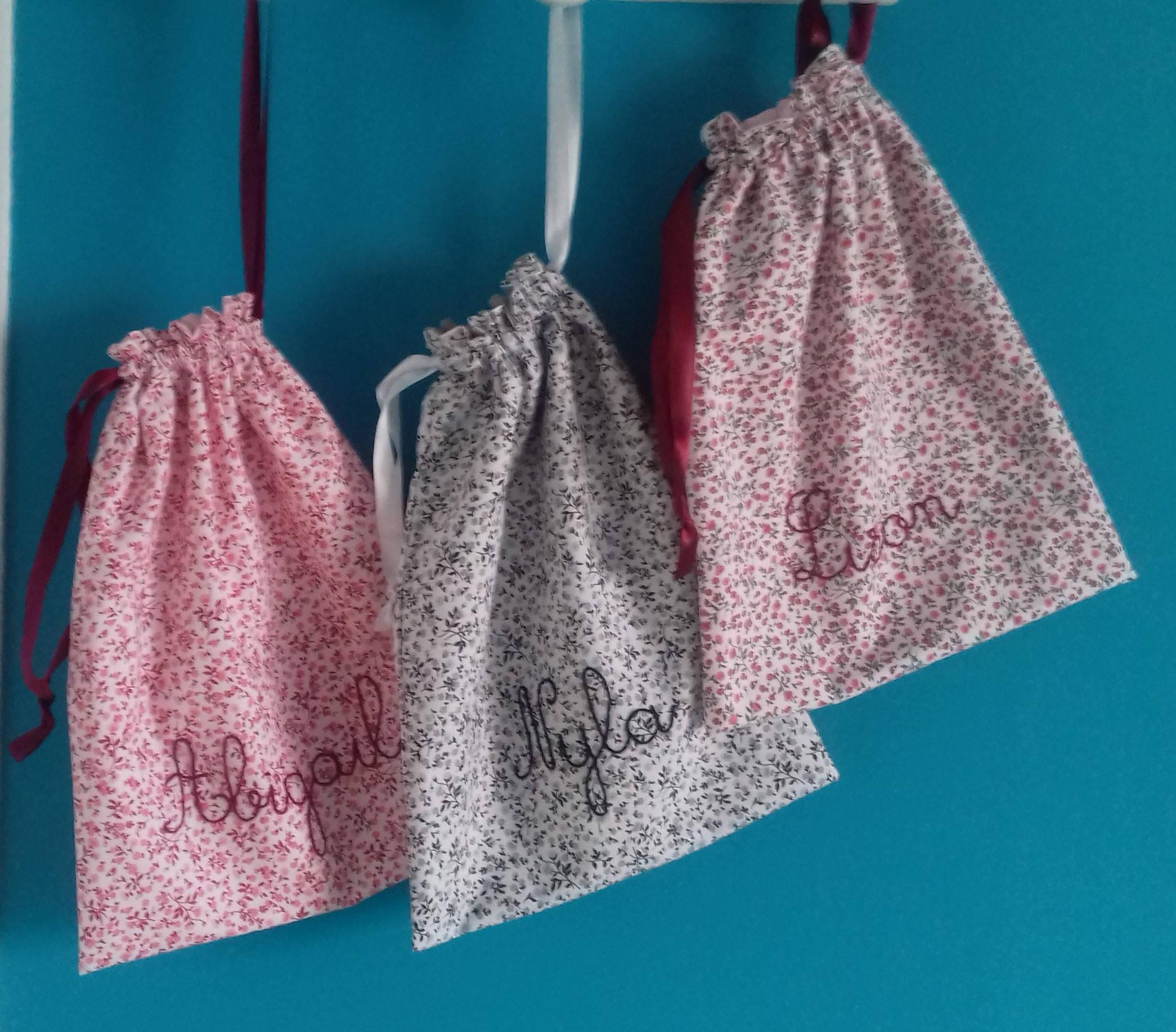 Sac à vrac / sac à linge / sac à doudou avec lien coulissant en liberty noir gris et blanc idée cadeau