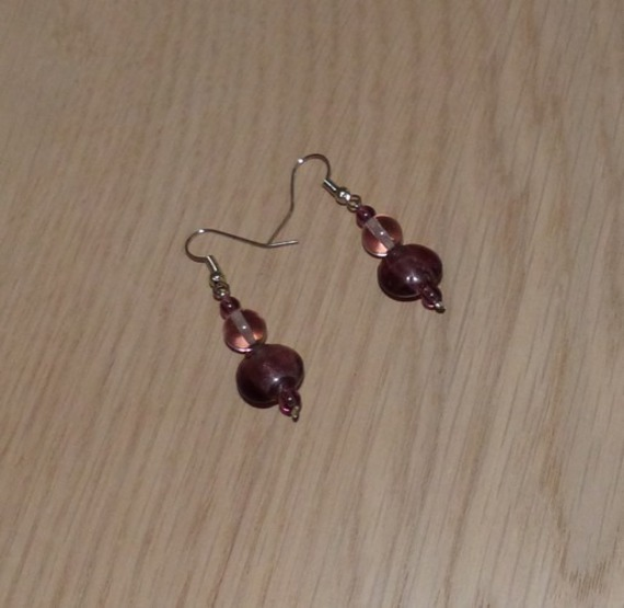 Boucles d'Oreilles mauves , perles verre , petit prix pour mariage/Soirée/Cérémonie/Coktail perles mauves