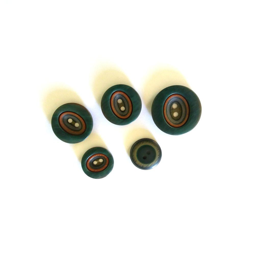 5 boutons en résine vert et liserai marron - taille diverse - 65N