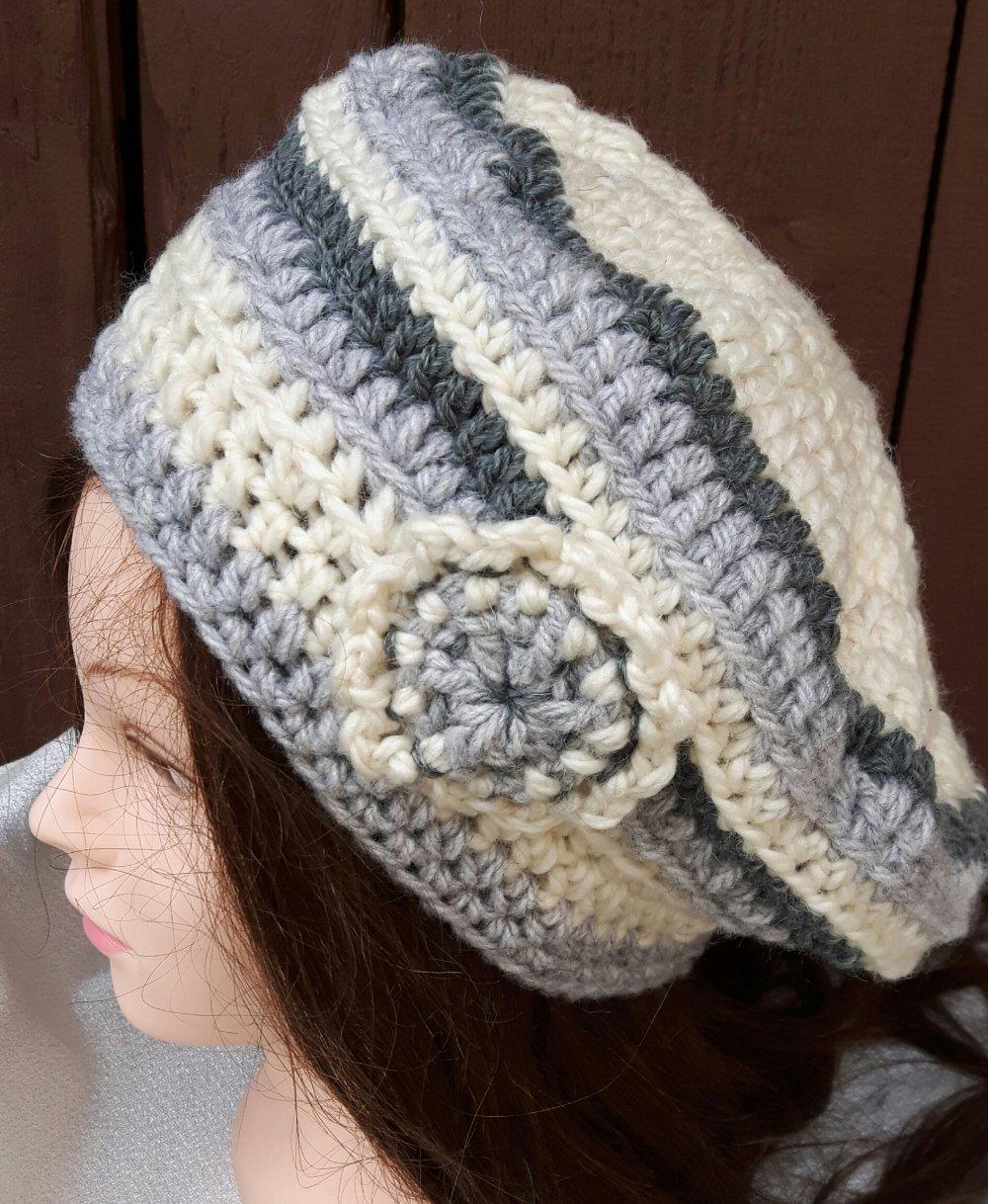 Bonnet Femme Gris Et Ecru Fait Main Par Les Miennes Au Crochet Avec Fleurs Un Grand Marche