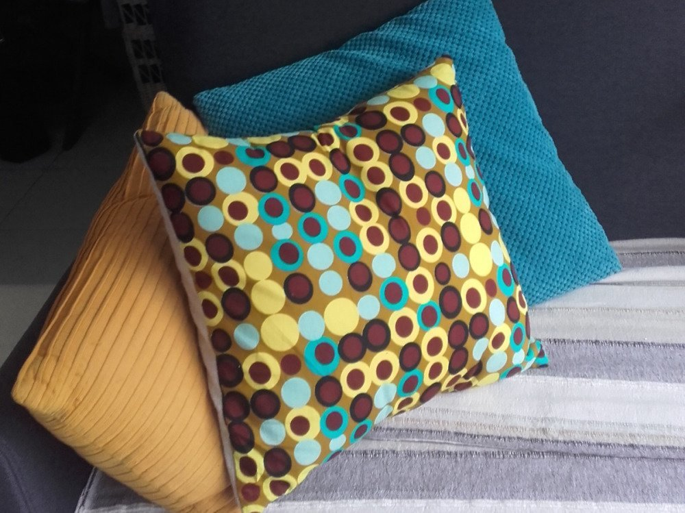 Coussin wax à pois jaune et turquoise, Wax&Line