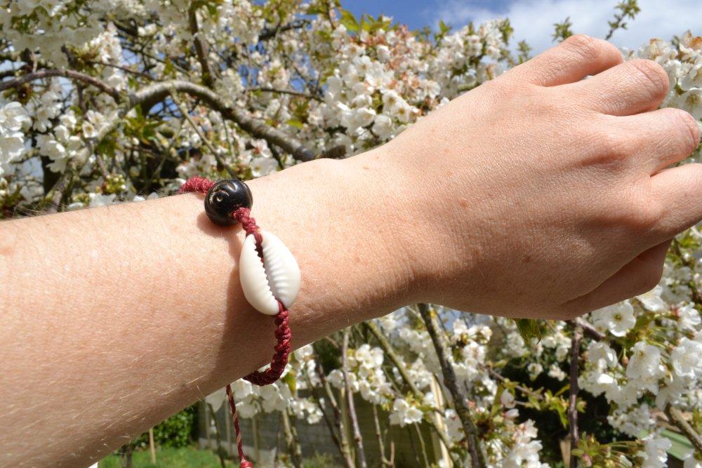 """Bracelet """"Cauri"""" en macramé rouge bordeaux réglable"""