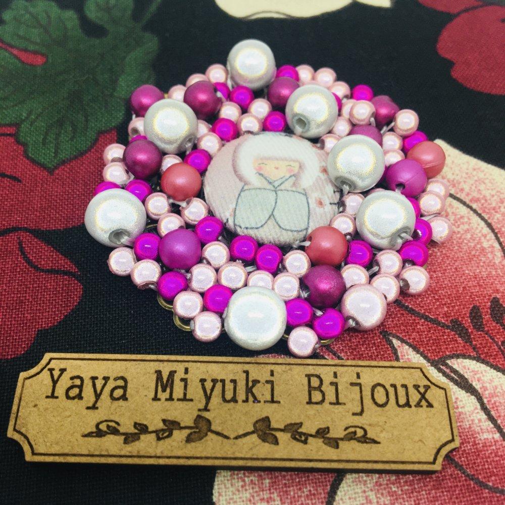 Broche fantaisie ronde KOKESHI et perles magiques roses  / 5 cm de diamètre