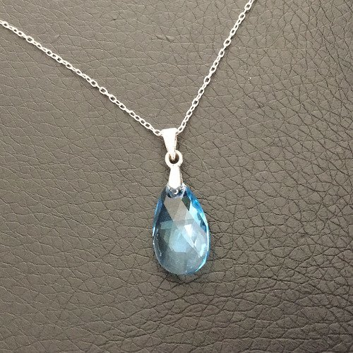 Collier pendentif goutte bleu topaze en cristal swarovski sur fine chaine  42 cm