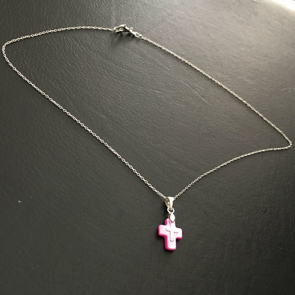 Collier pendentif petite croix en nacre de couleur rose et croix en argent 925 sur chaine 42 cm