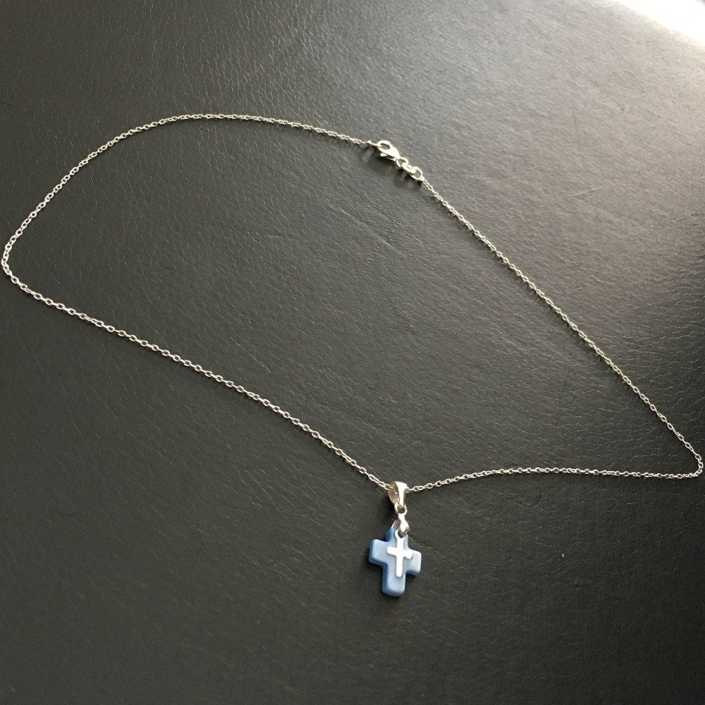 Collier pendentif petite croix en nacre de couleur bleue et croix en argent 925 sur chaine 42 cm