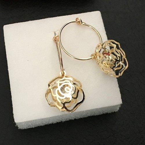Boucles d'oreilles créoles plaqué or pendants fleurs bombées filigranées