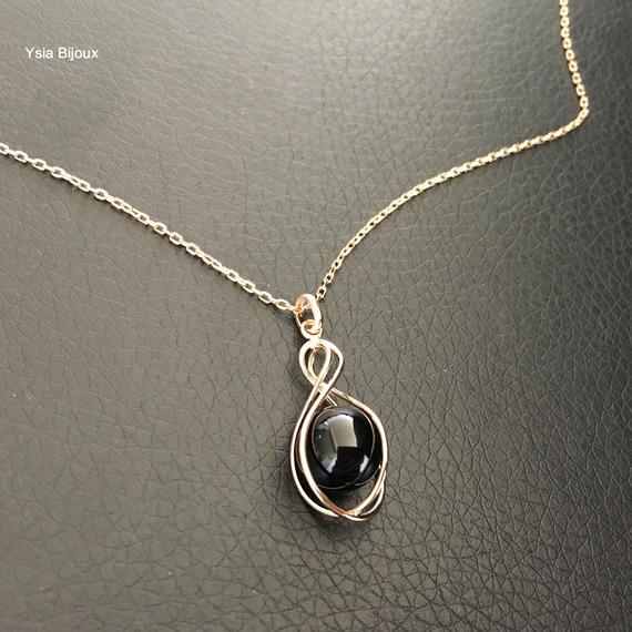 Plaqué or 18 carats - Collier pendentif perle noire emprisonnée fil plaqué or sur fine chaine 42 cm