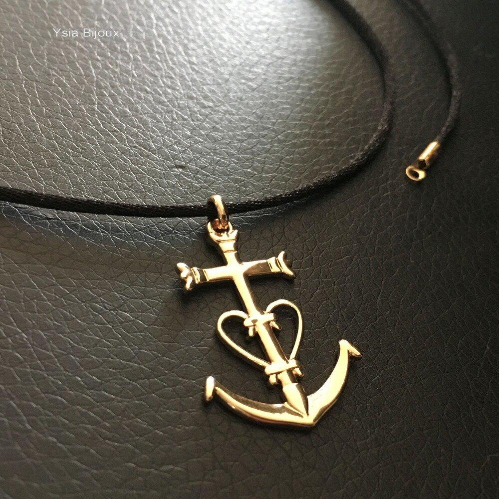 Collier pendentif grande croix de Camargue en plaqué or 18 carats sur cordon noir et plaqué or 18 carats 55 cm