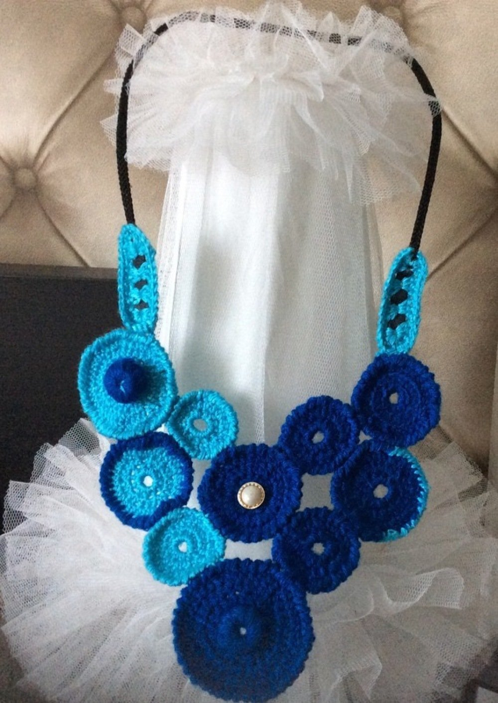 Chic et élégant collier de acrylique au crochet.