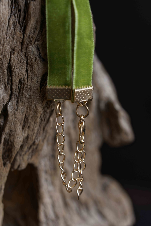 Collier vintage tour de cou sur ruban velours vert  avec support cabochon, cabochon fait main en époxy, breloque argentée et perle