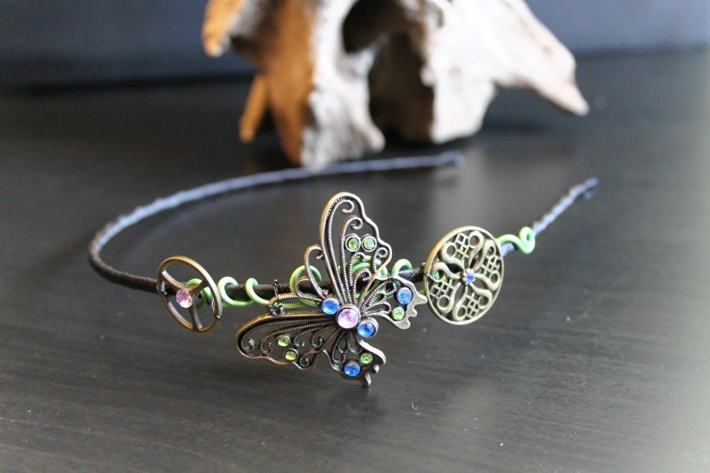 Serre tête en acier noir fantaisie avec fil aluminium vert, engrenage et grand papillon