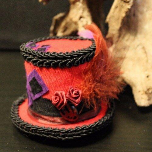Bibi, chapeau haut de forme style victorien, vintage, steampunk, avec cabochon rouge, fleures plume, harley quinn