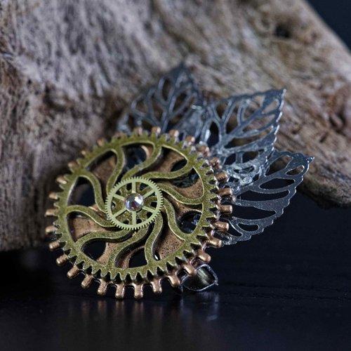 Broche vintage steampunk sur motif d'engrenages avec feuilles et strass